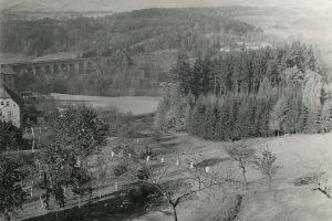Historický pohled na viadukt, v pozadí ozdravovna Radostín  (sbírka rodiny Janečkovy)