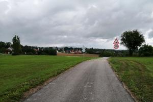Místo pro přecházení, zpomalovací prahy, dopravní značení